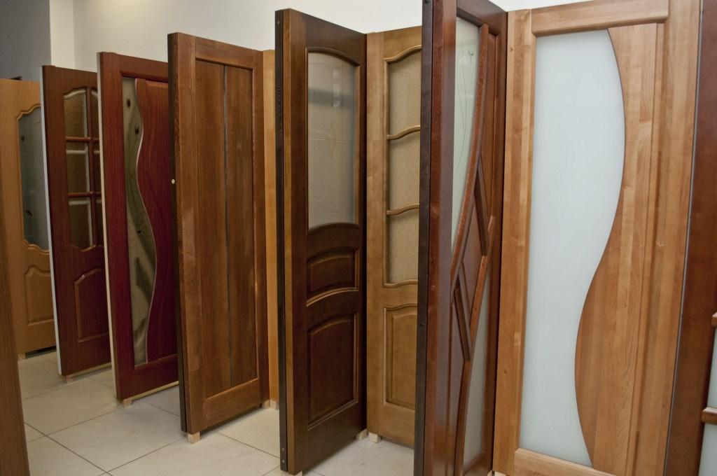 Двери в салоне продаж