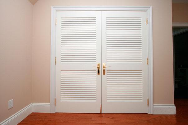 Двупольная жалюзийная дверь