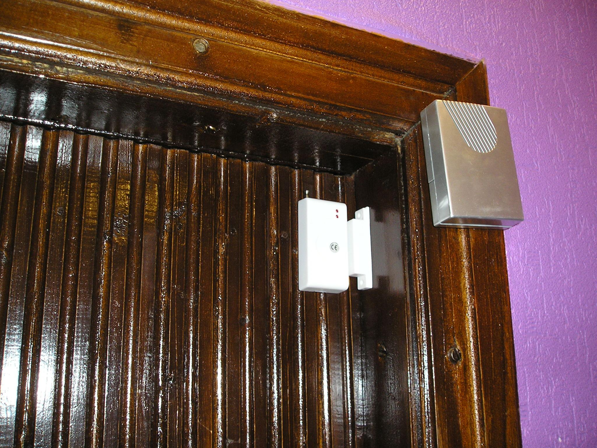 Охранный датчик на входной двери