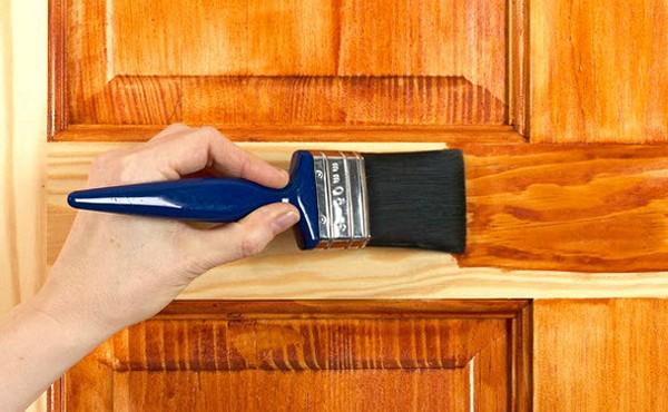 Покраска двери морилкой