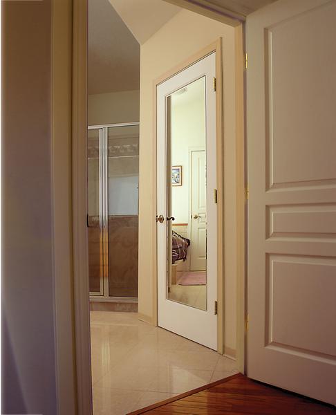 Белая дверь с зеркальной вставкой