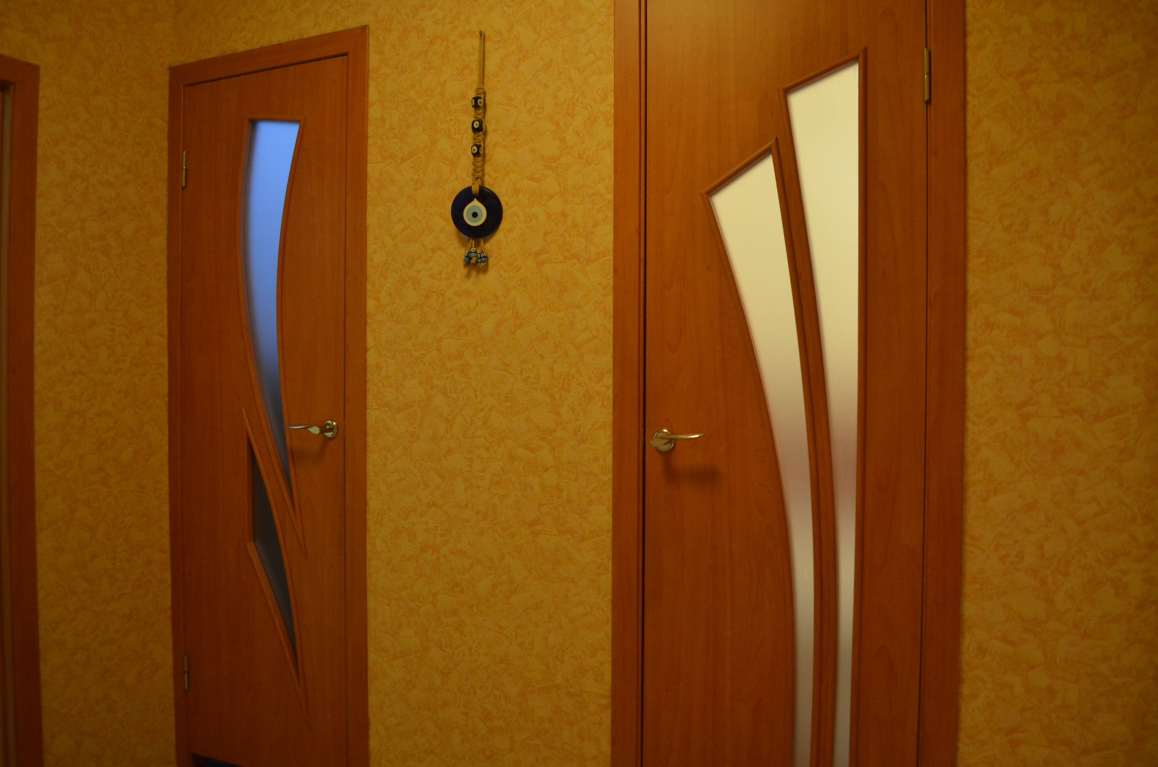 Как установить двери в ванной и туалете своими руками
