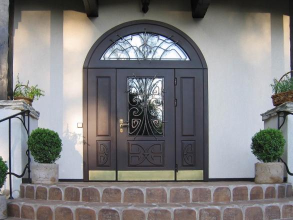 Стальная входная дверь в частном доме