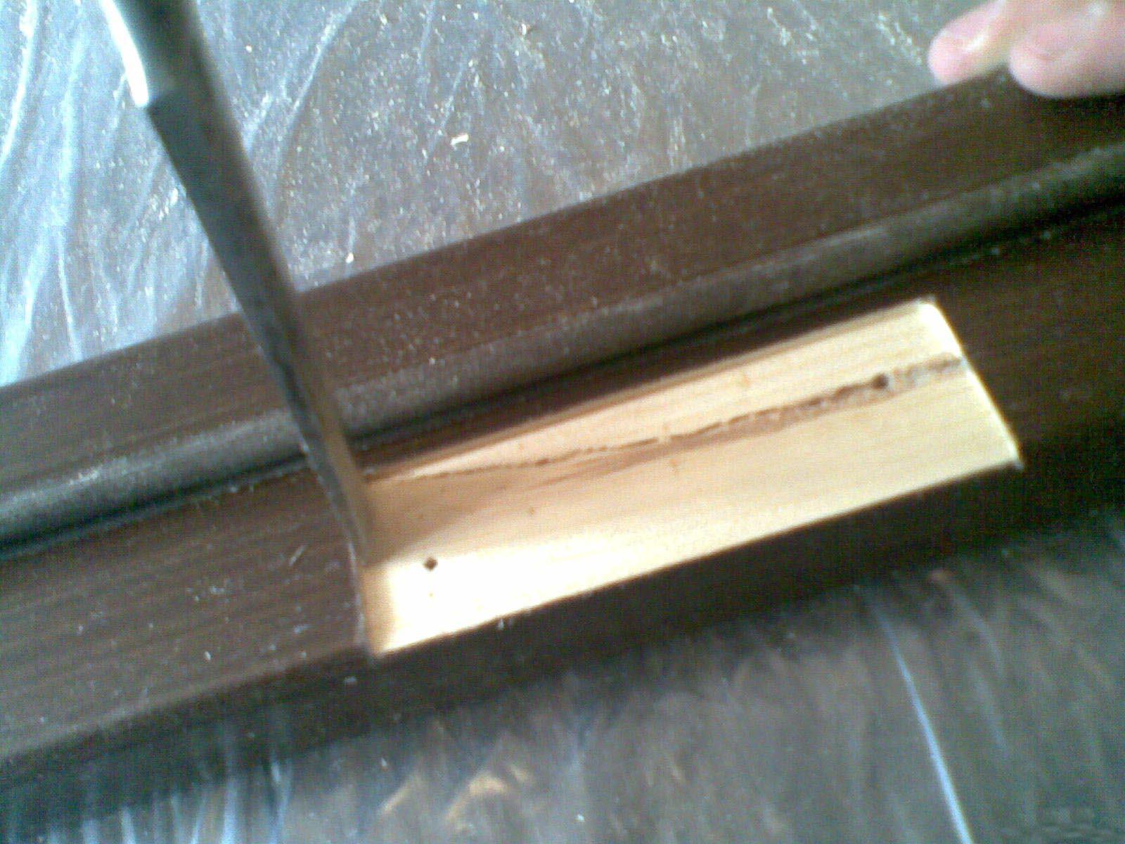 Паз в дверной коробке под петли