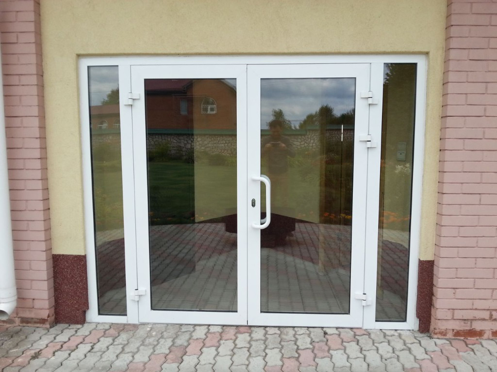 Белая пластиковая дверь на входе в коттедж