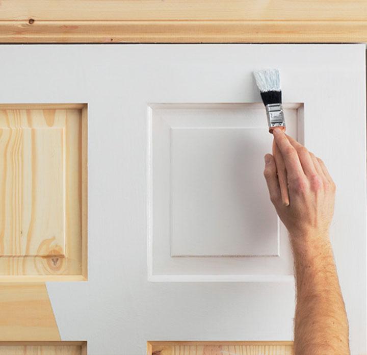 Покраска деревянной двери кистью