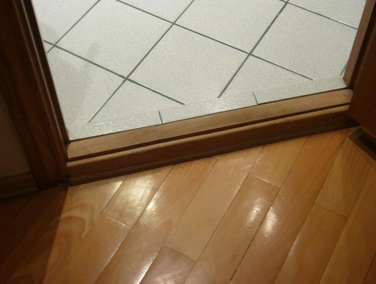 Порог двери в ванной комнате