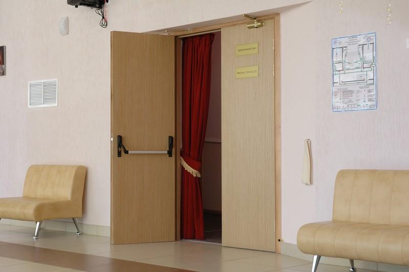 Противопожарная дверь на входе в актовый зал
