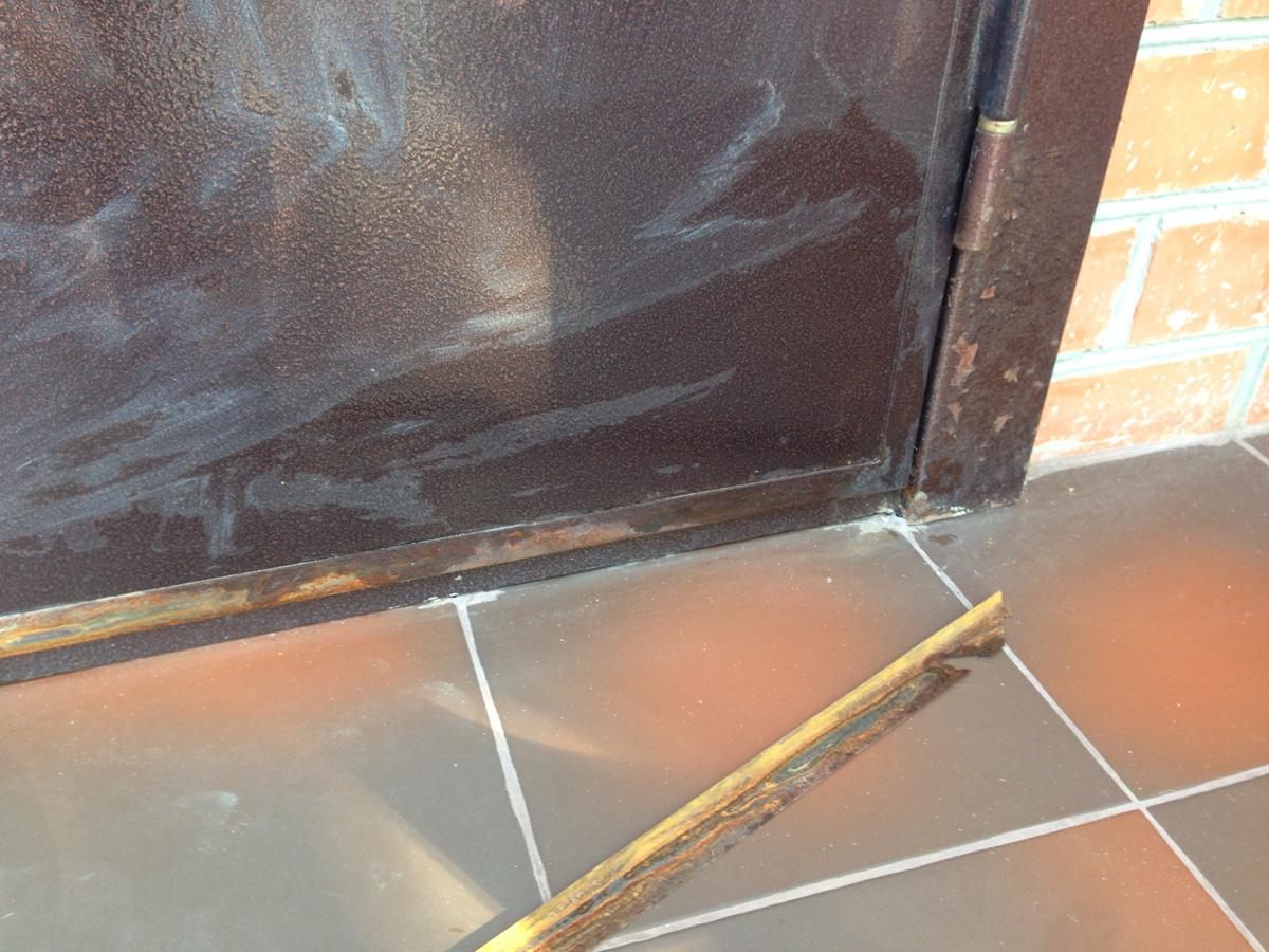 Металлическая дверь с ржавчиной