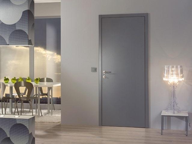 Дверь серого цвета