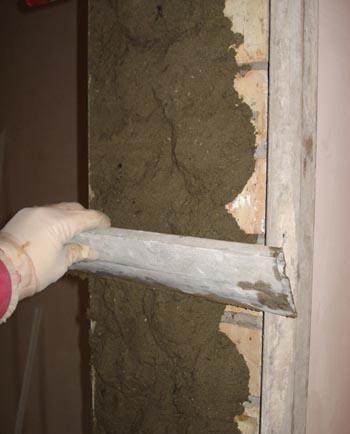 Оштукатуривание откоса двери