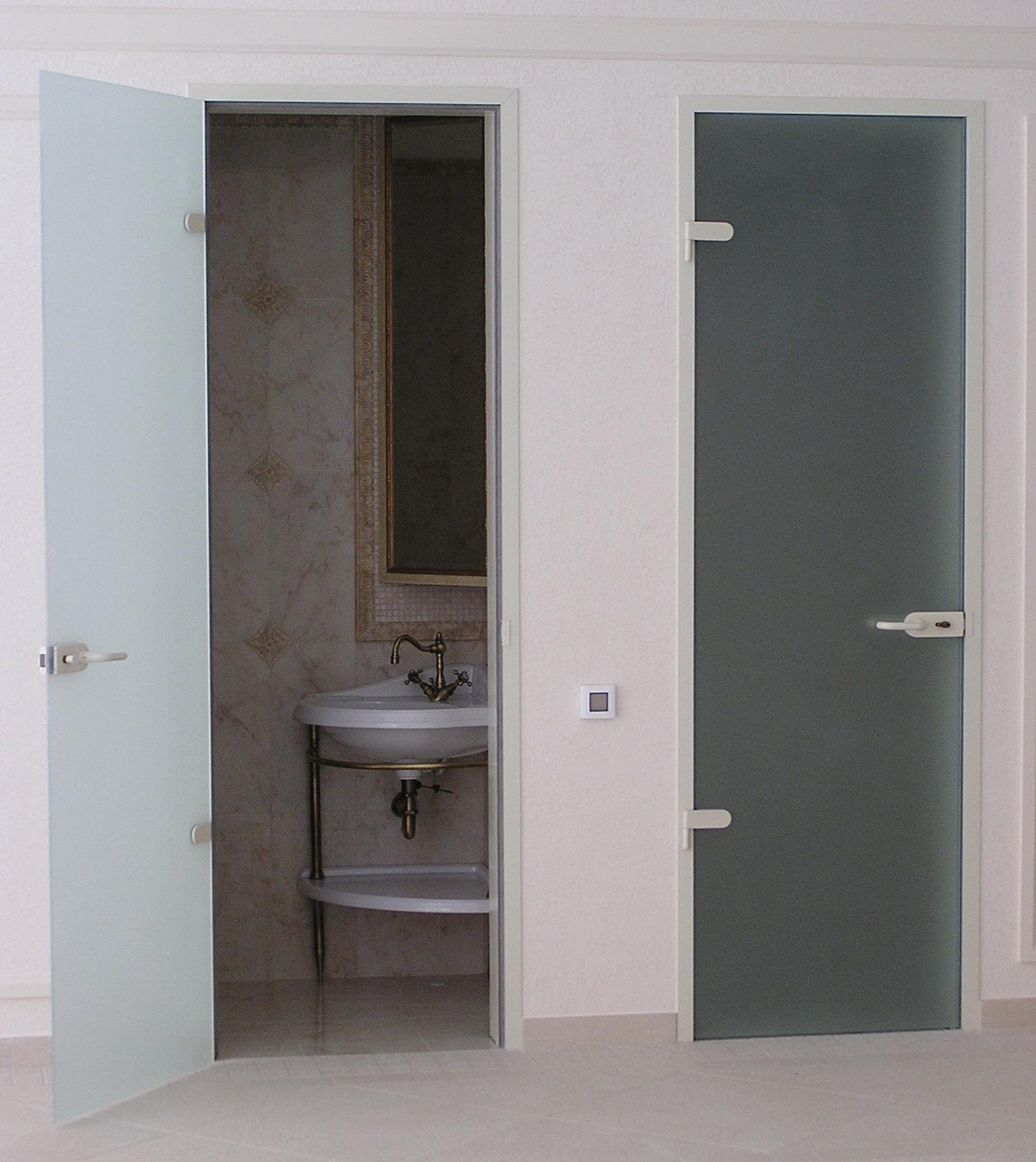 Стеклянные двери в санузле