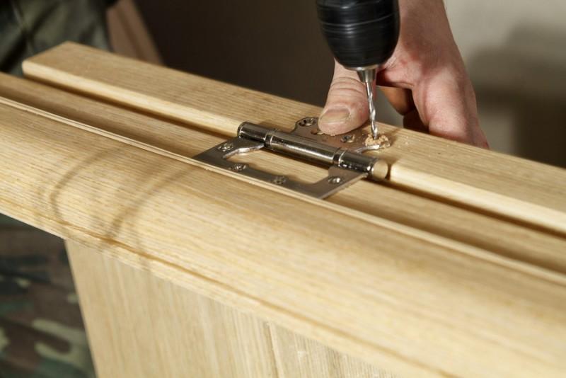 Установка петель на деревянную дверь