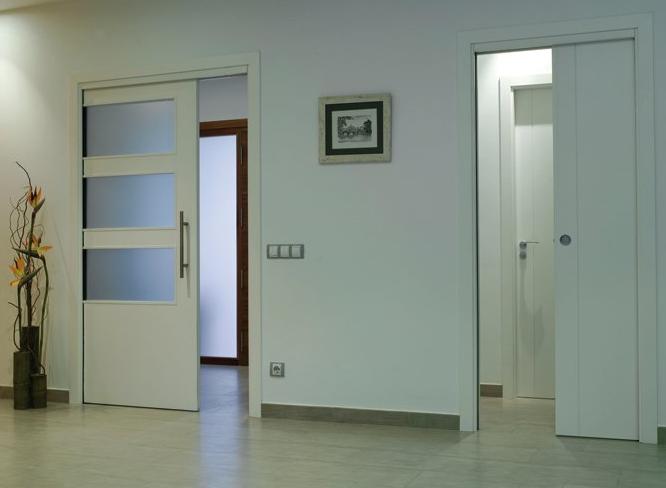 Белые двери и белые стены