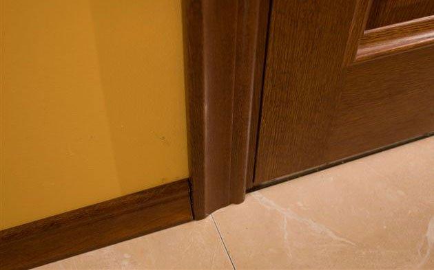 Двери и плинтус одного цвета