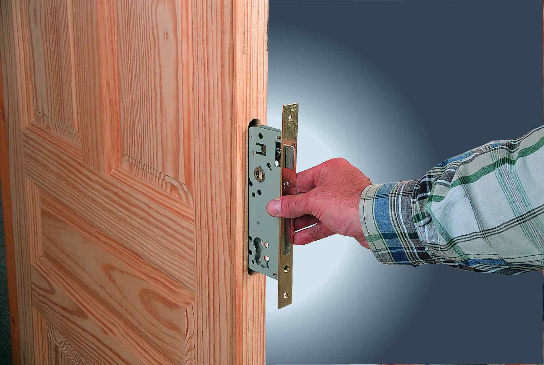 Установка замка в полотно деревянной двери