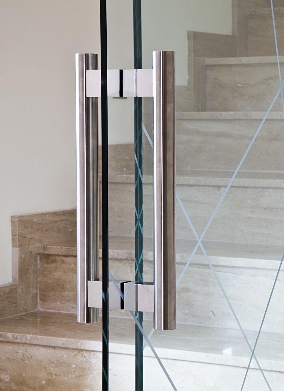 Ручка скоба на полотне стеклянной двери