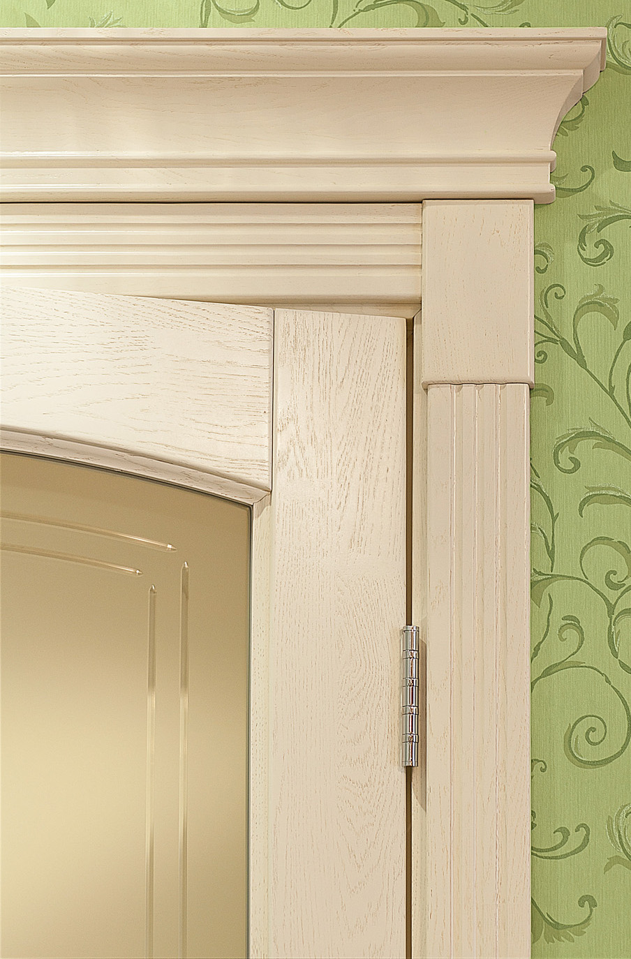 Состаренная дверь белого цвета