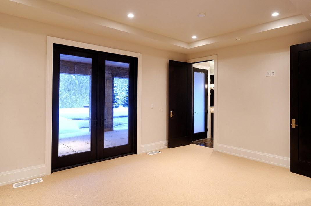 Интерьер со светлым полом и темными дверями