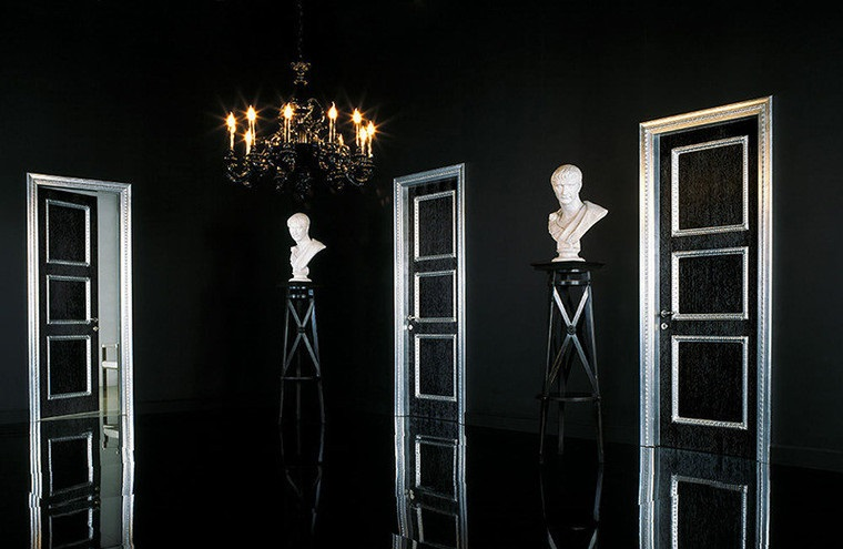 Интерьер с темными дверями