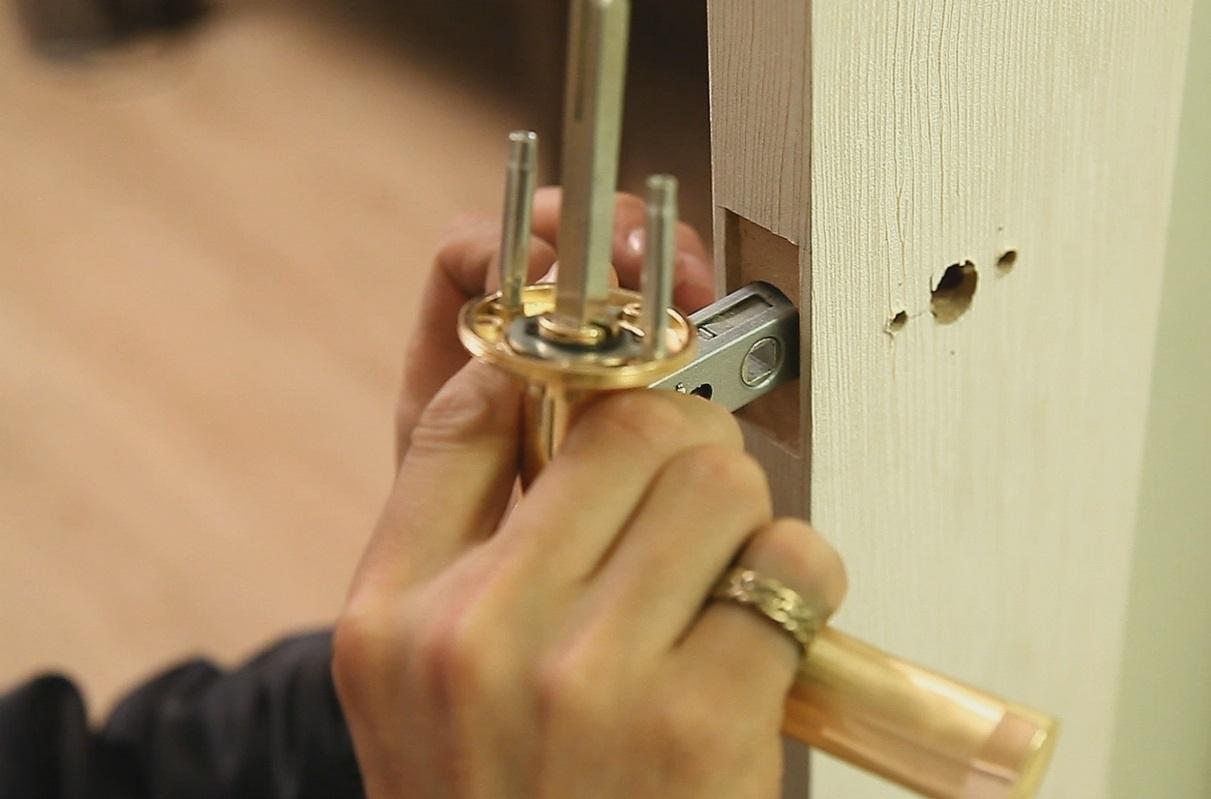 Вставка ручки в деревянную дверь