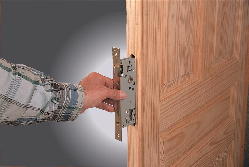 Установка замочного механизма в деревянную дверь