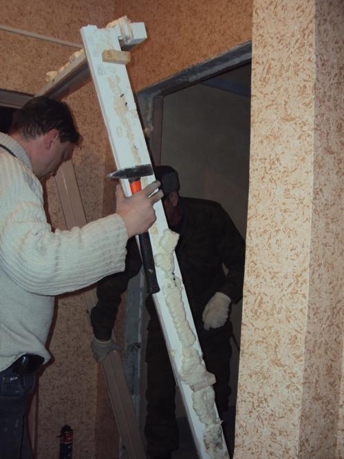 Демонтаж старой двери из дерева