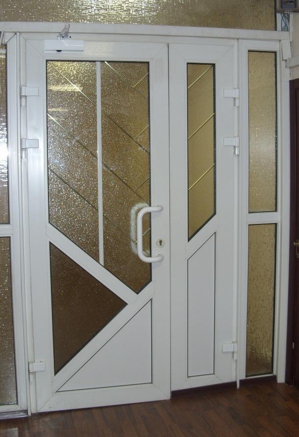 ПВХ дверь с узорным стеклом