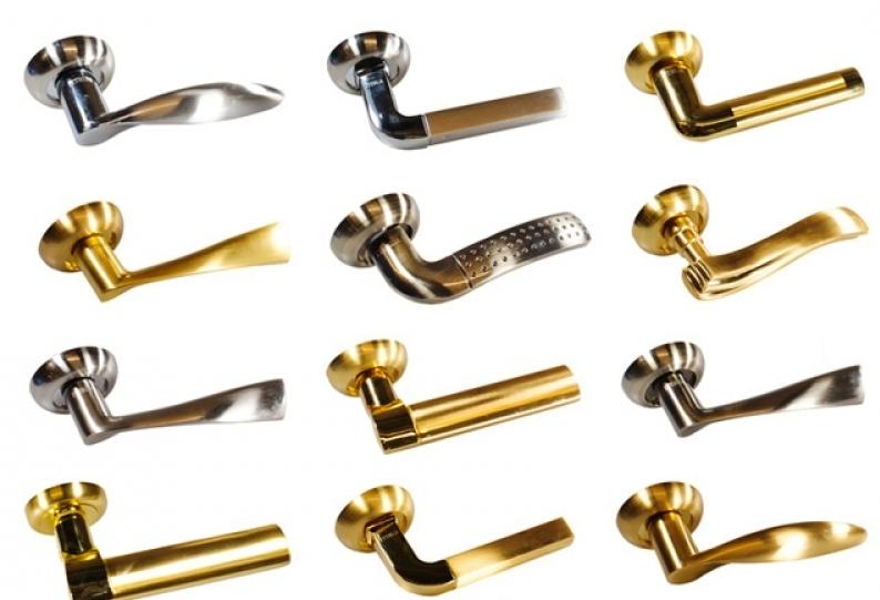 Различные модели дверных ручек из металла