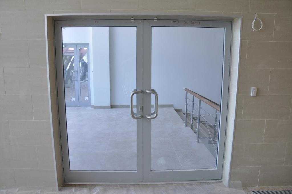 Дверь из алюминия в административном здании