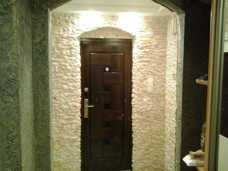 Декор двери с помощью камня