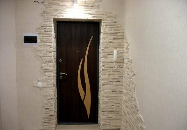 Отделка входной двери камнем