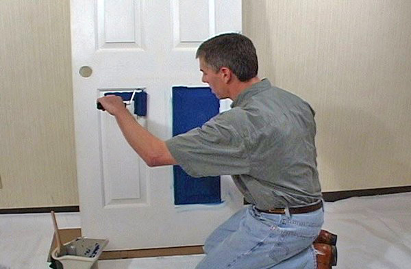 Покраска двери из дерева