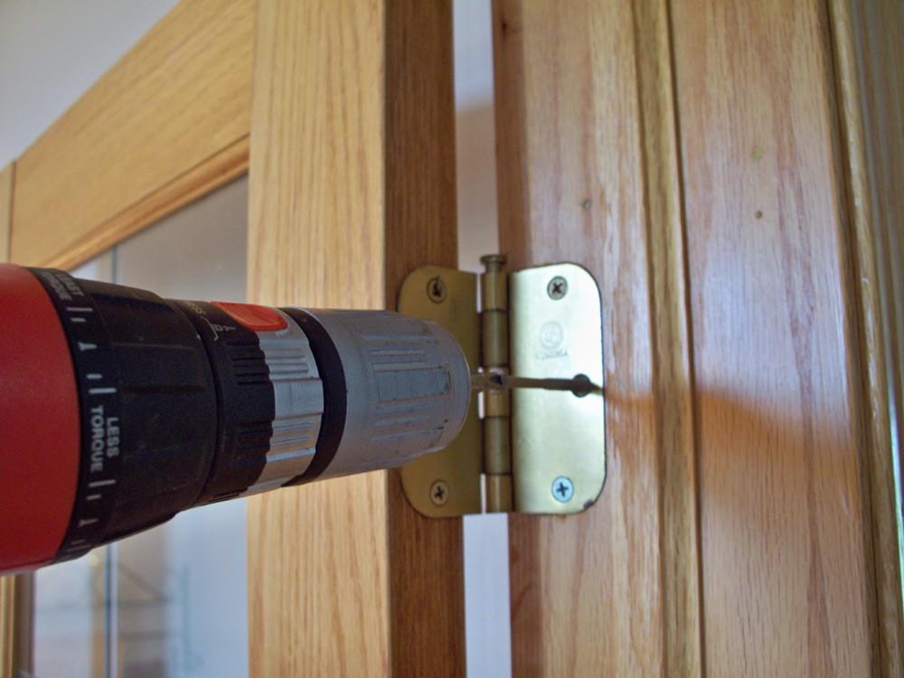 Монтаж петель деревянной двери