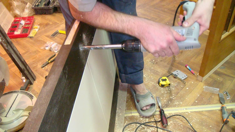 Сверление отверстия для монтажа дверной ручки