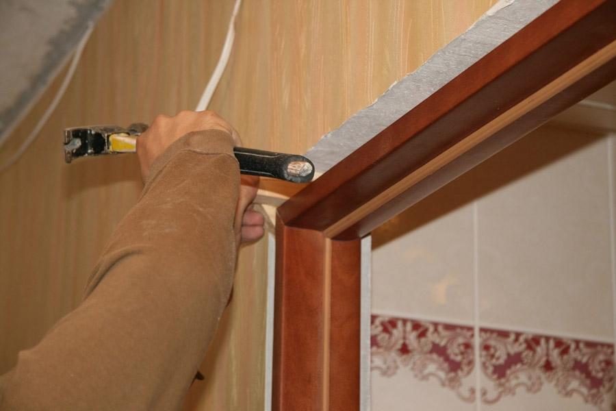 Установка распорки деревянной двери