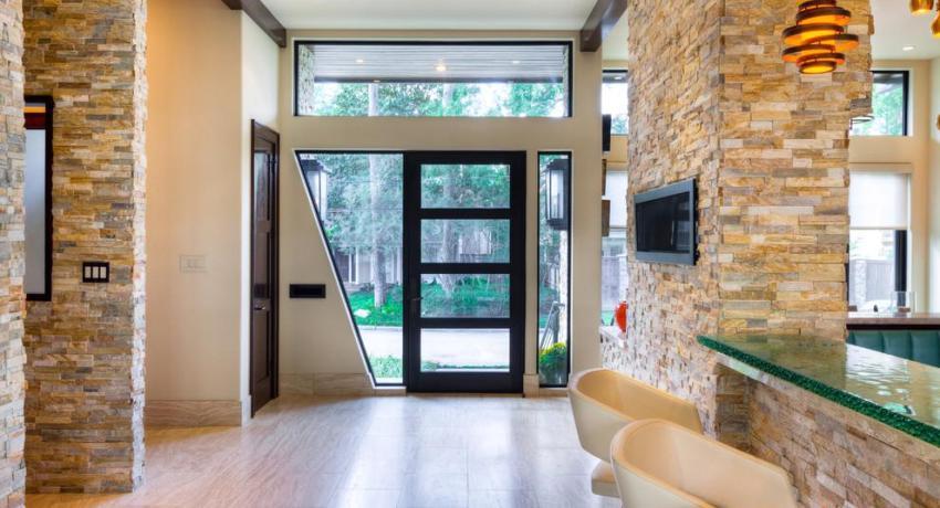 Холл частного дома с прозрачной дверью