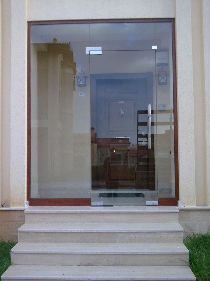 Полностью стеклянная дверь в коттедже
