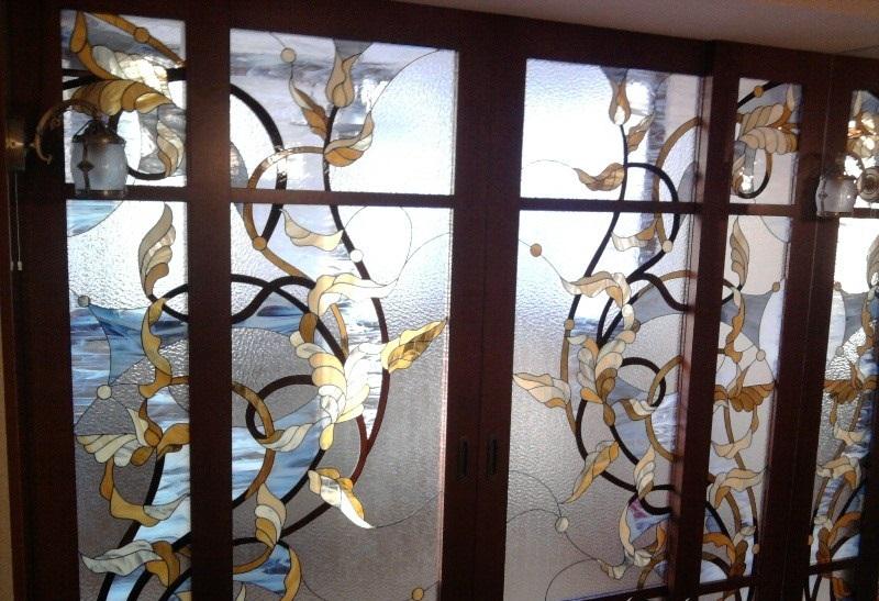 Витражные стекла на раздвижной двери