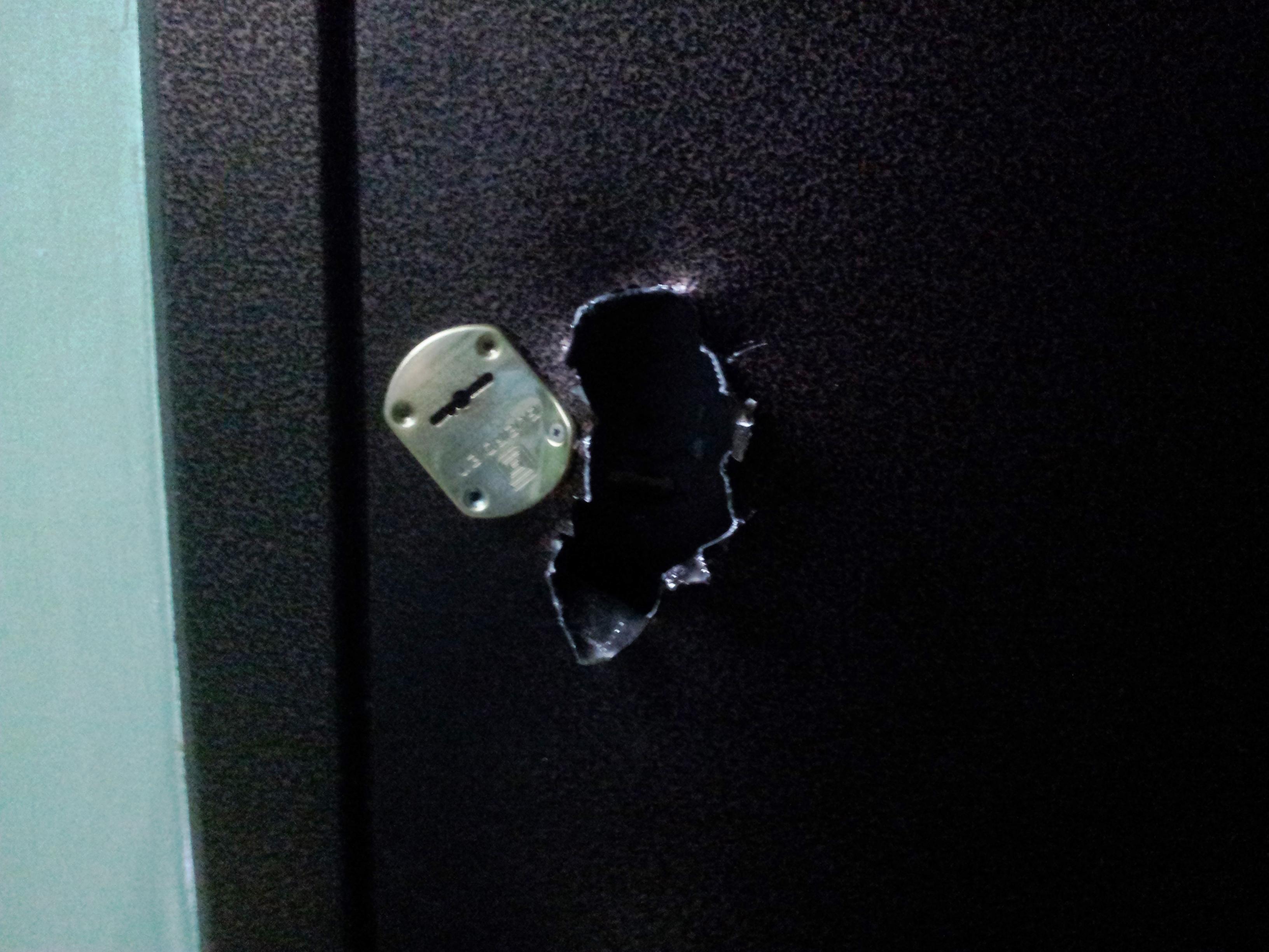 Дверь со взломанным замком