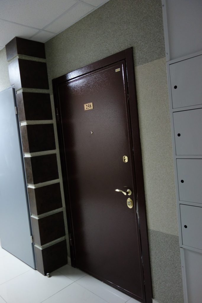 Дверь в подъезде