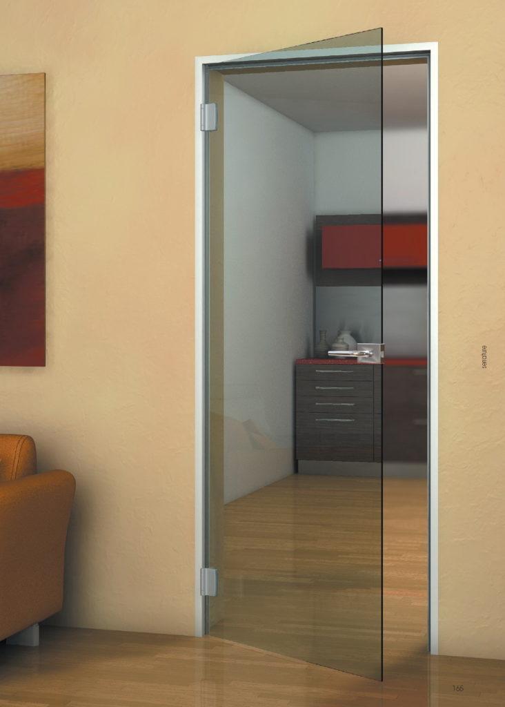 Распашная дверь из стекла