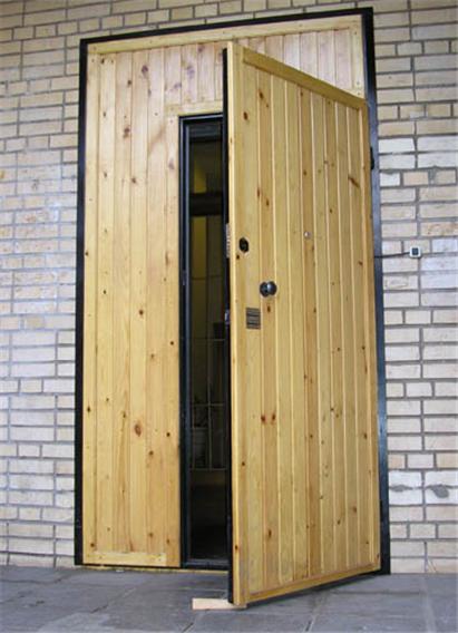 Деревянная подъездная дверь
