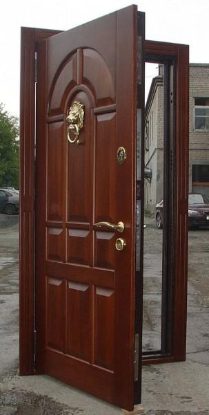 Входная дверь с отделкой массивом