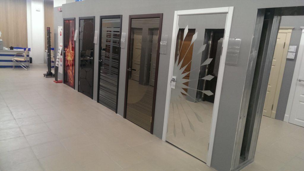 Зеркальные двери с различным типом поверхности