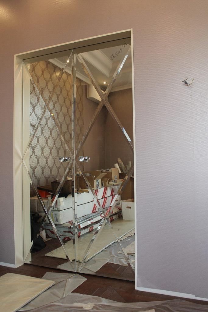 Двупольная зеркальная дверь