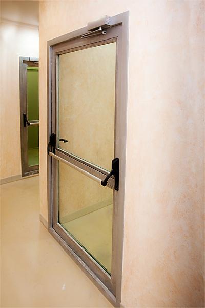 Огнеустойчивая дверь с большой площадью остекления