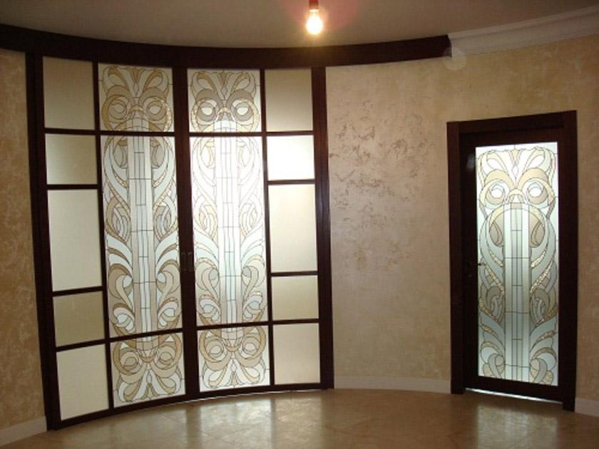 Радиусная дверь с витражами