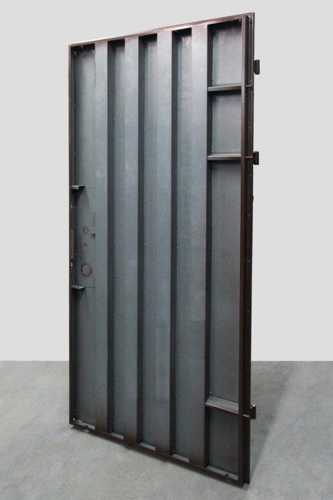 Металлическая дверь с ребрами жесткости