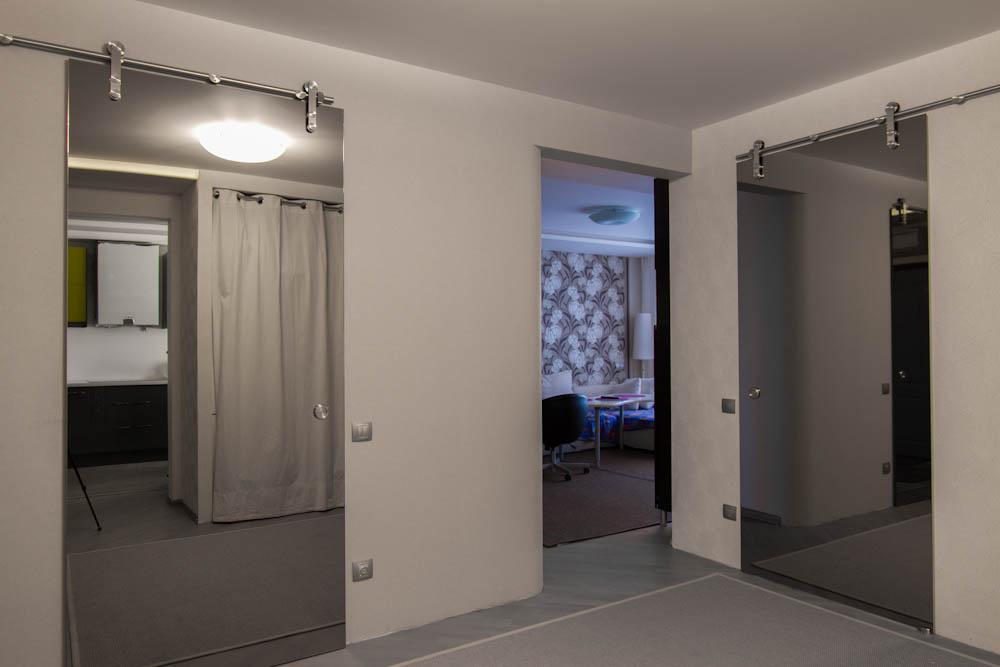 Вид зеркальных дверей в интерьере